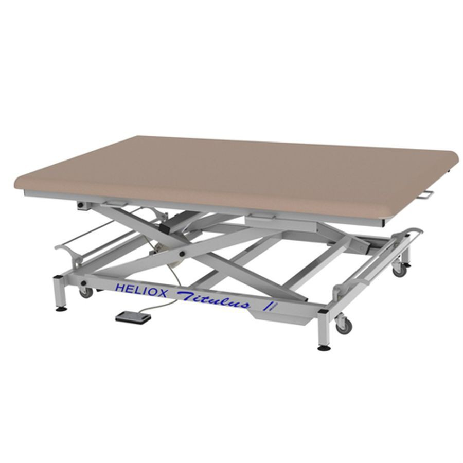 Массажный стол Heliox Титулус - стол Войта-БобатаШирокий массажный стол Титулус предназначен для проведения массажных процедур и терапии по методу Войта, позволяет проводить массаж пациента с присутствием самого врача на столе. Основным достоинством этого стола является его ширина и способность выдерживать нагрузку до 350 кг! Благодаря конструкции на X-раме ложе стола поднимается вертикально, без смещения и обеспечивается отличная устойчивость. Стол оснащен электроприводом позволяющим регулировать высоту стола в диапазоне 43-88 см.<br>