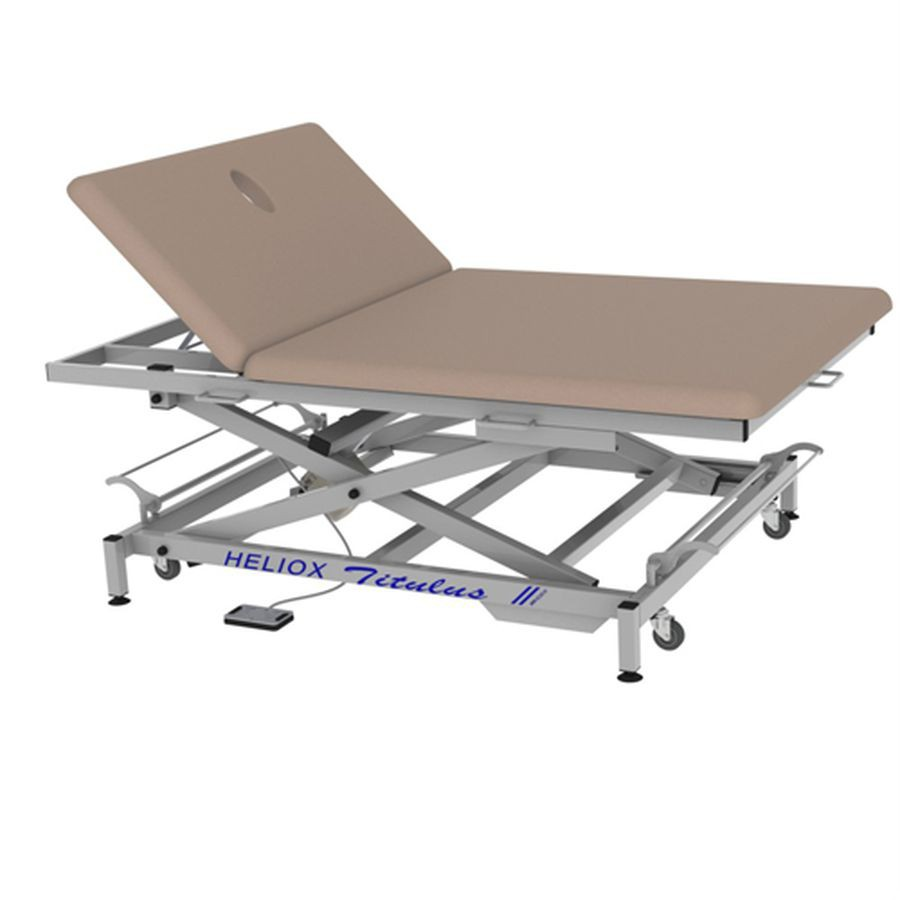 Массажный стол Heliox Титулус XV2Широкий массажный стол Титулус предназначен для проведения массажных процедур и терапии по методу Войта, позволяет проводить массаж пациента с присутствием самого врача на столе. Основным достоинством этого стола является его ширина и способность выдерживать нагрузку до 350 кг! Благодаря конструкции на X-раме ложе стола поднимается вертикально, без смещения и обеспечивается отличная устойчивость. Стол оснащен электроприводом позволяющим регулировать высоту стола в диапазоне 43-88 см.<br>