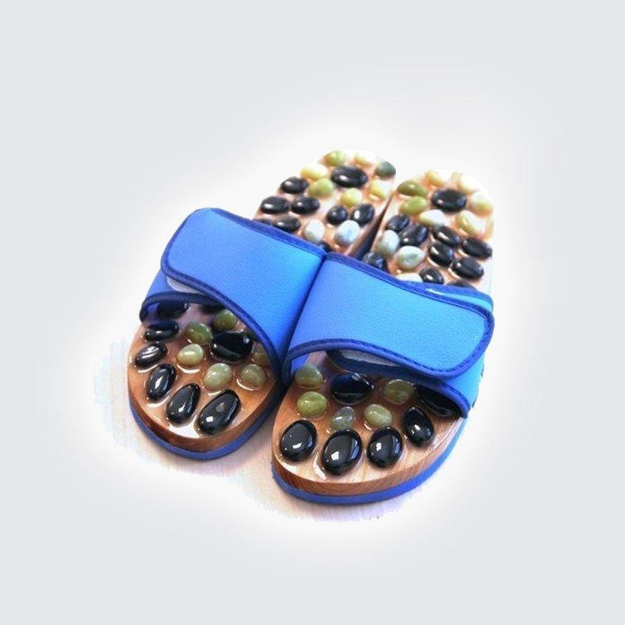 Массажные тапочки Jianwen Stone серыйМассажеры<br>Стоун-терапия - это биоэнергетический массаж камнями и минералами. Чувствительных зон и биологически активных точек. Воздействуя на данные точки, улучшает состояние здоровья, способствует излечиванию ряда заболеваний. Из 600 точек и зон на теле человека десятая часть расположена именно на ступнях. Стоун-терапия много веков является частью традиционной восточной терапии и только недавно получившее признание в России. Изготовлено из натурального камня: нефрит и вьетнамская яшма.<br>